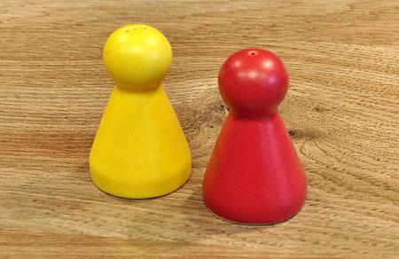 Salz- und Pfefferstreuer - Spielmännchen-Paar rot/gelb - klein