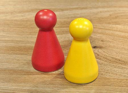 Salz- und Pfefferstreuer - Spielmännchen-Paar rot/gelb - groß